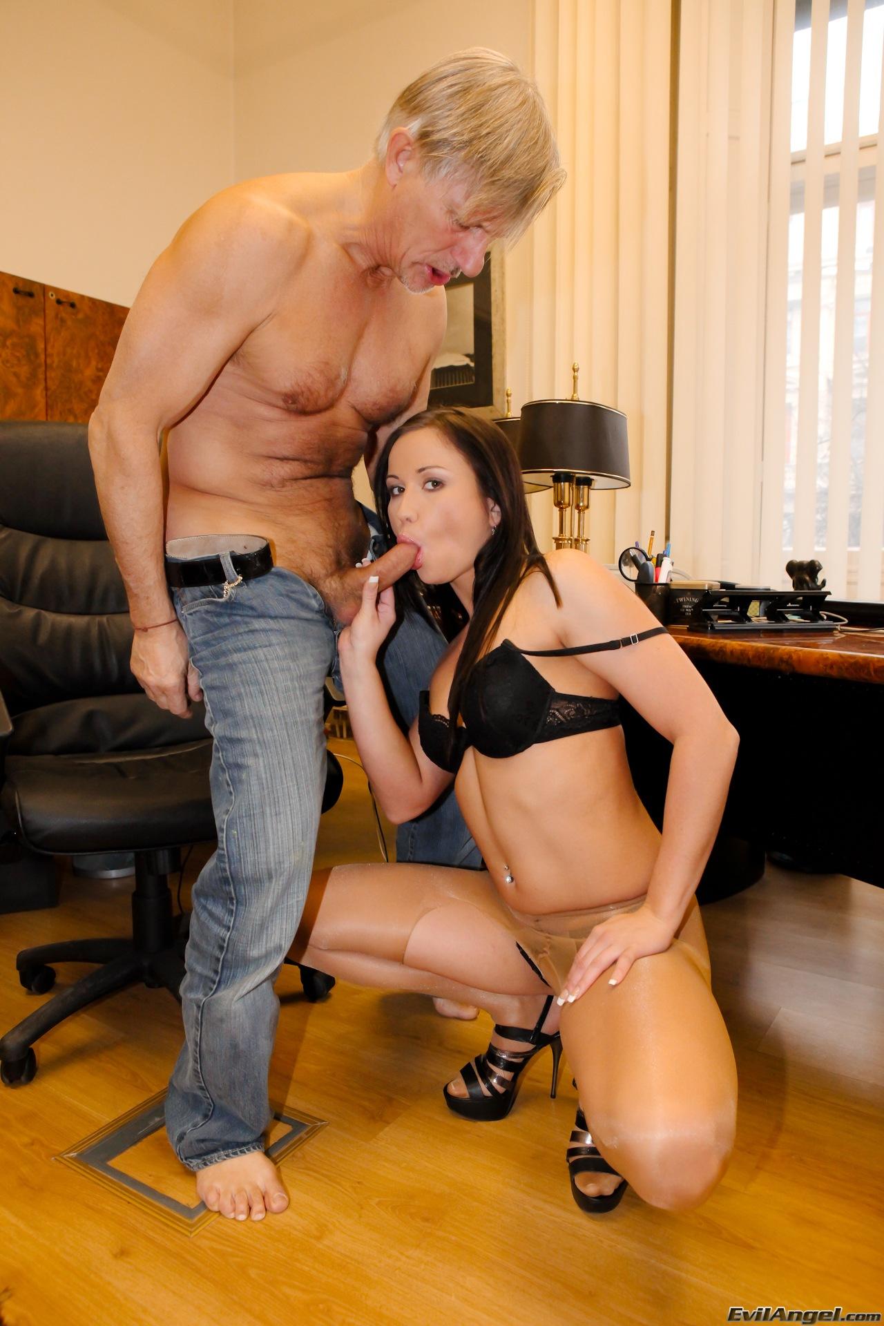 Секс с шефом в кабинете 24 фотография