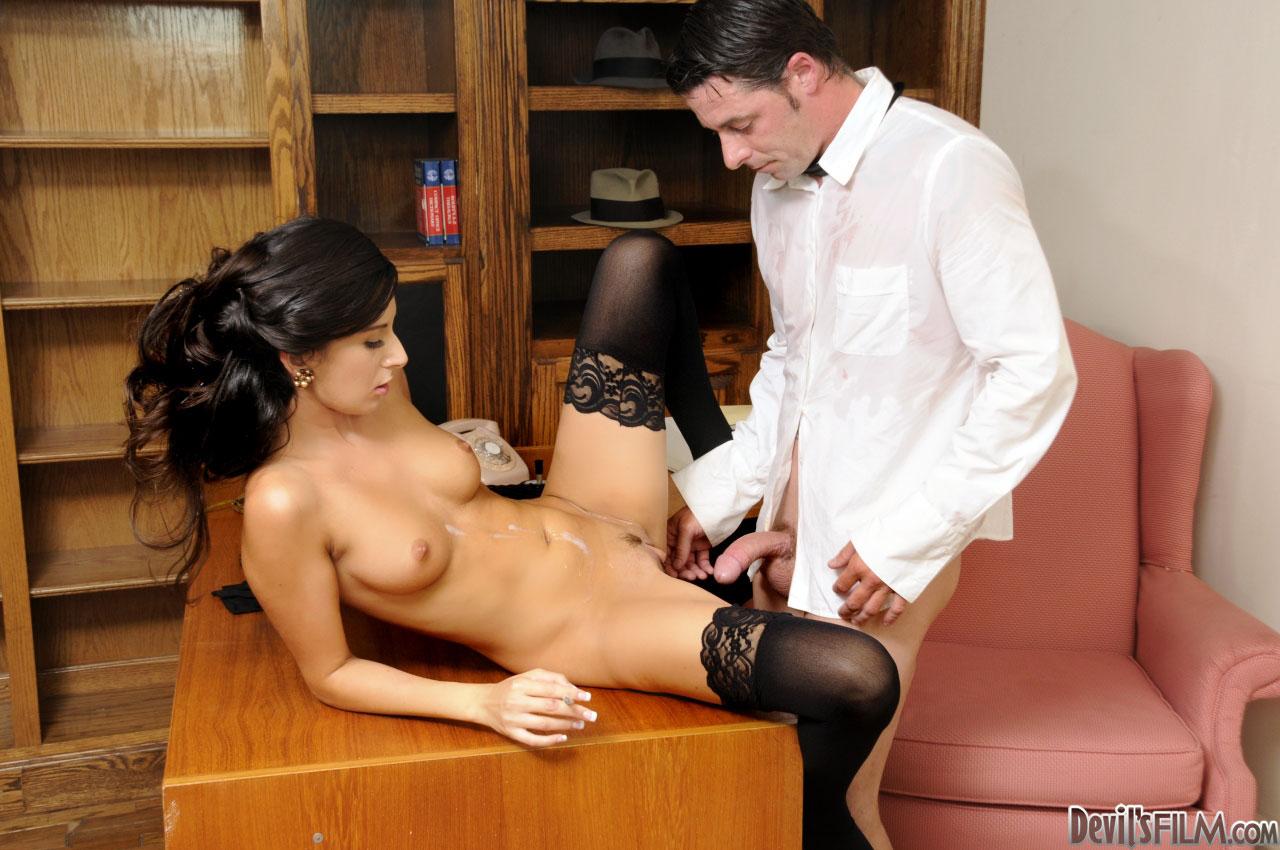 Сексуальную секретаршу ебут 12 фотография